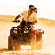 Beim Action Date mit einem starken Escort-Mann durch die Wüste düsen.