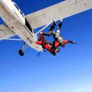 Ein mutiger Escort-Mann bietet seine starke Schulter beim Fallschirmsprung beim Action Dates.