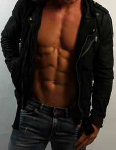 Escort-Mann und Fitnessmodel Ricardo aus München ist von Frauen als männlicher Begleiter buchbar für ein Private Date, Dinner Date oder Action Date.